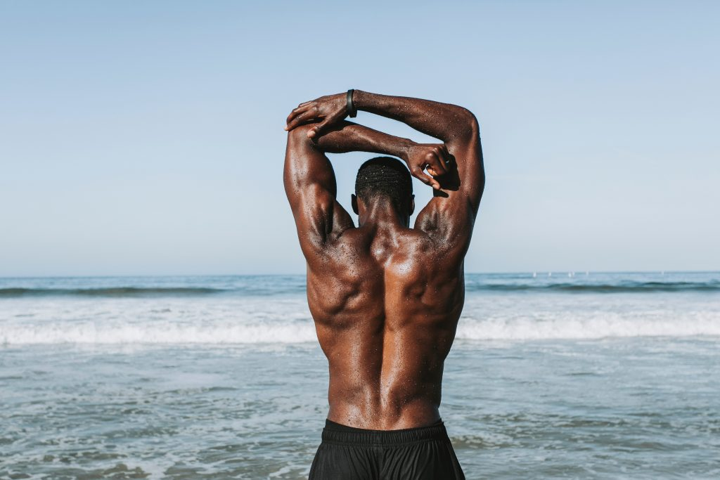 Starke Muskeln am Meer